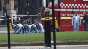 Un equipo de investigadores forenses trabajan sobre la escena del ataque.