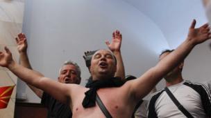Makedon meclisinde bir protestocu.