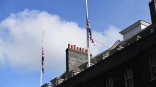 Banderas a media hasta