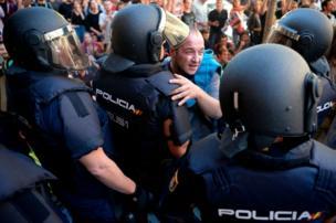 Geçtiğimiz haftaya kadar Katalonya gerginliği barışçıl bir şekilde yönetiliyordu ancak son günlerde protestolar sırasında yer yer güvenlik güçleri ile çatışmalar yaşandı