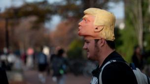 في حرم جامعة بنسلفانيا، شاب يحاول إقناع الآخرين بالتصويت لترامب.