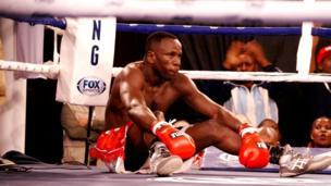 Bondia kutoka nchini Tanzania Salehe Mkalekwa (Welterweight), akiwa anashangaa ni nini kilichotendeka baada ya kulambishwa sakafu na Mkenya Rayton Okwiri .