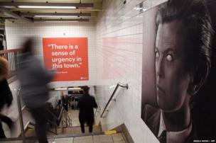ब्रॉडवे-लफायेत्त स्टेशन पर डेविड बॉई की तस्वीर