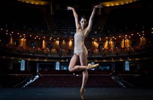 Elisa Carillo, Primera bailarina del Ballet Estatal de Berlín y ganadora de el Premio Benois de la Danza, máximo galardón del ballet.