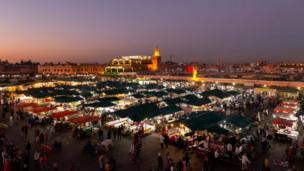 Vue de nuit de Marrakech, ville du Maroc qui a perdu l'élection attribuant l'organisation du Mondial 2026.