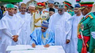 Shugaba Muhammadu Buhari tare da mataimakinsa Osinbajo da manyan jami'an gwamnati yayin bikin 'yancin mulkin kai na shekara 59