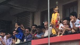 समूचे मुंबई और राज्य के अन्य हिस्सों में हजारों गोविंदाओं ने देशभक्ति की भावना से ओतप्रोत होकर रंगीन 'दही हांडी' के साथ कृष्ण जन्माष्टमी का त्योहार मनाया.