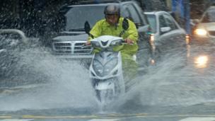 摩托車司機冒雨趕路