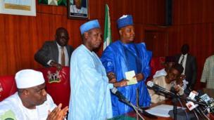 Gwamnan Jihar Katsina Aminu Masani da Gwamnan jihar Borno Kashim Shettima yayin da gwamnonin jihohin arewa suka kai ziyara Borno don tallafawa jihar da gudummuwar naira miliyan 360 a ranar Talata.