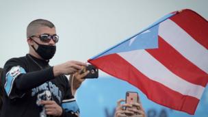 Bad Bunny en una protesta en Puerto Rico