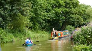 Two modes of transport on the canal at Thrupp. One laid back and one slightly less so.