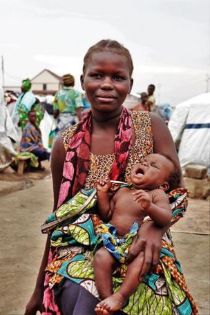 Mapenzi Ndesi, une jeune mère de 18 ans avec son bébé dans un site des déplacés à Bunia.
