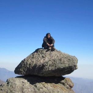 Hombre sobre una piedra