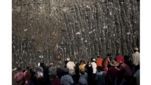 En una mina de oro en las afueras de Zaragoza, departamento de Antioquia, en la región conocida como La Puercera, aproximadamente 150 mineros independientes buscan el metal en un hoyo excavado por la empresa que opera esta mina.