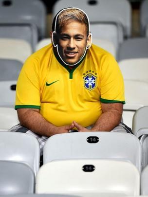 Hombre con máscara de Neymar.