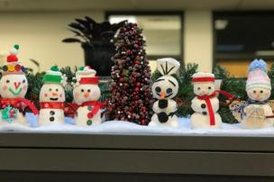 in_pictures Snowmen on a desk