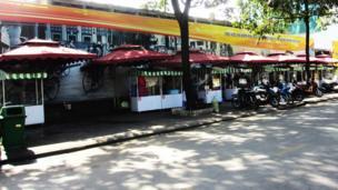 Phố hàng rong trên đường Nguyễn Văn Chiêm, khai trương tháng 8/2017, dành cho nhiều người từng buôn bán trên vỉa hè.