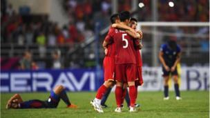 """Các cầu thủ Việt Nam ôm nhau mừng chiến thắng trong khi cầu thủ Philippines gục xuống sau trận thua """"tâm phục khẩu phục"""" lần hai"""