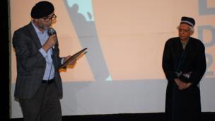 سمت راست کیومرث پور احمد، کارگردان ایرانی _ سمت چپ صفر حقداد، رئیس اتحادیه سینماگران تاجیکستان
