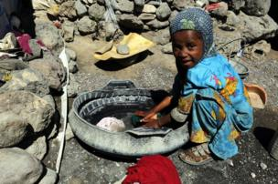 เด็กหญิงกำลังซักผ้า