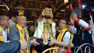 台灣西部的嘉義縣新港鄉則舉行一年一度的媽祖出巡繞境