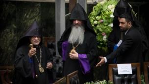 """رهبران ادیان مذهبی هم از میهمانان مراسم امروز بودند هرچند بسیاری از """"دعوت نشدن"""" مولوی عبدالحمید از روحانیون شاخص اهل سنت در این مراسم انتقاد کردند"""