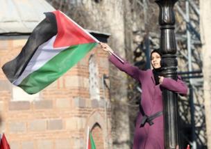یک معترض ضد آمریکا پرچم فلسطین را در آنکارا بالا نگه داشته است