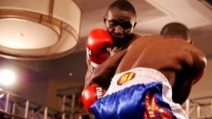 """Mkenya Nick 'Kanyankole"""" Otieno akimenyana na Mtazania Haji Juma katika shindano la Super Flyweight, Nick aliibuka mshindi na kunyakuwa ukanda uliokuwa wazi."""