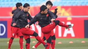 Các cầu thủ luyện tập với quyết tâm cao trước trân gặp Qatar ngày 23/1