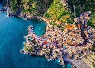 สีสันของวิวริมทะเลที่เมืองเวอร์นาซซา ในอิตาลี