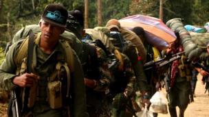 Guerrilleros en marcha hacia la ZVTN de La Elvira, municipio de Buenos Aires, Cauca.