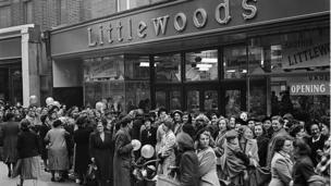 Pobl yn ciwio tu fas Siop Littlewoods yn 1950. Does neb yn ciwio 'na bellach
