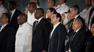 الکسیس سیپراس، نخست وزیر یونان، در مراسم ادای احترام به فیدل کاسترو، رهبر پیشین کوبا در یک تجمع گسترده در میدان انقلاب در هاوانا