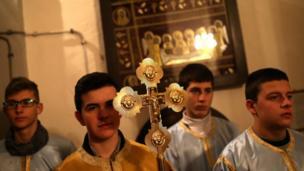 Діти моляться в Церкві Святого пророка Іллі під час святкової відправи на Святвечір у місті Соколац, Боснія і Герцеговина. 6 січня