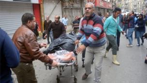 نقل الجثث واسعاف الجرحى في الإسكندرية.