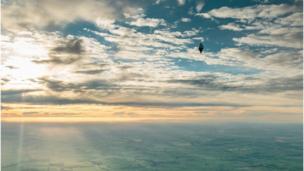 Шар Конюхова в небе над Нортхэмом 12 июля