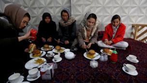 فتيات أفغانيات يمارس الوشو على قمة جبل بالعاصمة كابل