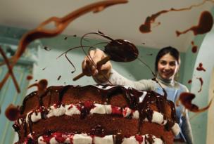 Mujer haciendo chocolate.