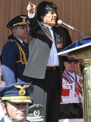 Evo Morales mientras ofrece un discurso sin los símbolos presidenciales.