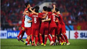 Các cầu thủ Việt Nam ôm nhau mừng chiến thắng 2-1 trong trận lượt về gặp Philippines tại sân vận động quốc gia Mỹ Đình