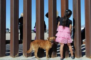 طفلة وإلى جوارها كلب