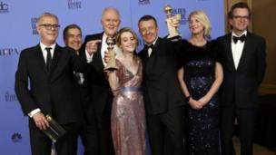 Nữ diễn viên Claire Foy (giữa) cùng các bạn diễn và nhóm làm phim The Crown của hãng Netflix vui mừng nhận giải thưởng kép.