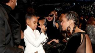 المغنية أليشيا كيز أثناء دردشة مع بلو ايفي كارتر ابنة المغنية بيونسيه والمغني جي زي.