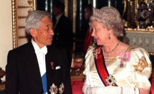 Britain's Queen Elizabeth II accompanies Japanese Emperor Akihito to the State Banquet Hall at Buckingham Palace in London on 26 May 1998.