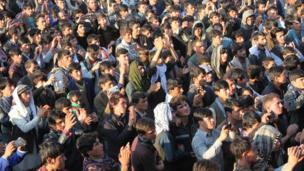 مردم بدخشان در حال تماشای برنامههای جشنواره