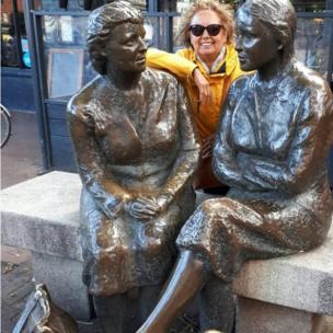 Maura Salazar abrazada a dos estatuas en Dublín.