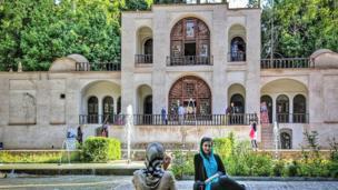 عکس یادگاری در باغ شاهزاده ماهان
