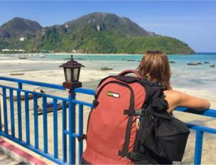 Mujer con mochila en Tailandia
