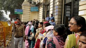 दिल्ली स्टेट बैंक के बाहर लगी कतार