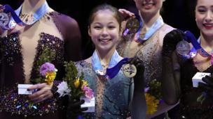 Alysa Liu holdin gold medal
